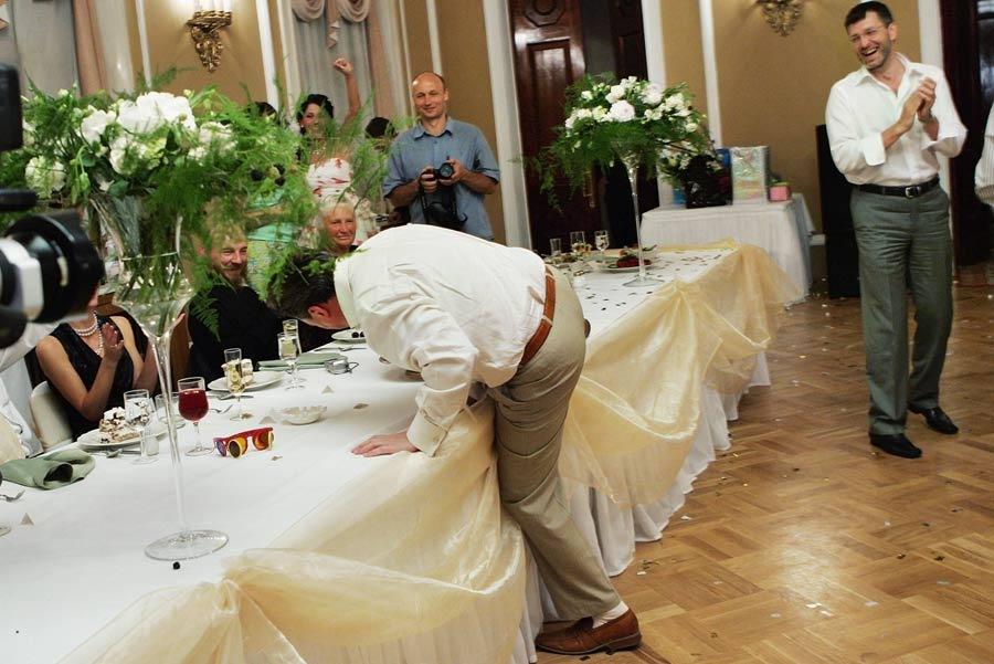 к чему мужчины ловят подвязки на свадьбе