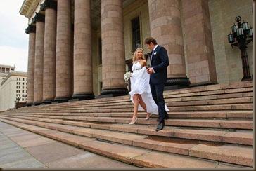 По ступеням в платье белом