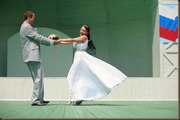 Танец в платье белом