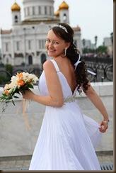 Невеста в белом платье и с букетом